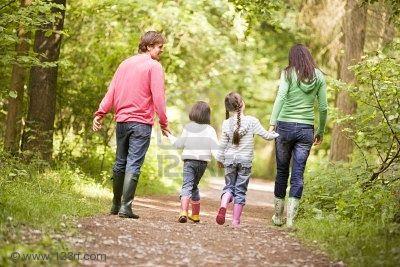 3476326-familia-en-la-ruta-para-caminar-tomados-de-la-mano